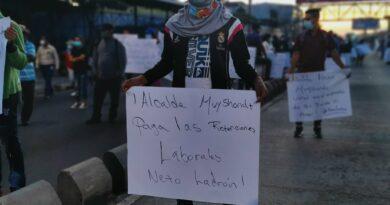 Sindicalistas protestan frente a la alcaldía para exigir alcalde Ernesto Muyshondt se ponga al día con sus retenciones laborales