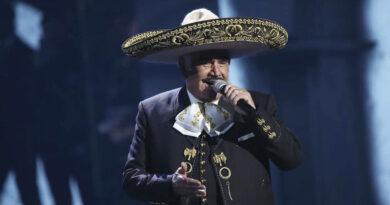 El cantante mexicano Vicente Fernández, ingresado en el hospital tras sufrir una caída